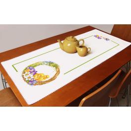Stickpackung mit Stickgarn und Tischläufer - Tischläufer mit Frühlingskranz